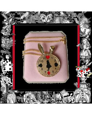 Колие часовник със заешки учички, Алиса в страната на чудесата